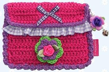Madeliefke®: Crochet insulinepomp bag with belt loop on the back.