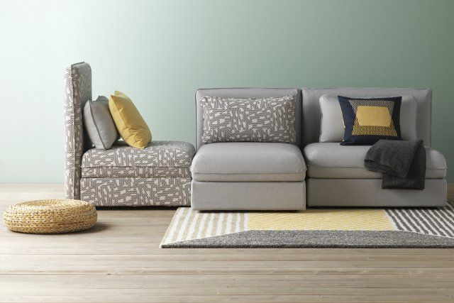 Un canapé modulable gris. Très sensibles aux demandes des jeunes urbains qui évoluent dans de petits espaces de vie et déménagent régulièrement, IKEA propose de plus en plus des meubles modulables, faciles à déplacer pour donner une nouvelle tonalité ou ambiance à une pièce de vie. Ce canapé modulable avec ses grandes assises en est le parfait exemple.