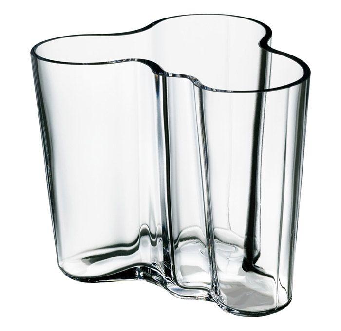 Nadčasovou a zcela neodolatelnou kolekci váz navrhl již vroce 1936 finský designér Alvar Aalto. Tyto elegantní skleněné vázy představují rafinovanou adaptaci klasického designu.