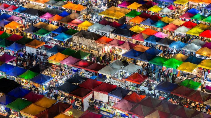 Ciudades – Voto popular. Mercardo colorido: al caer la noche en Bangkok, los brillantes puestos de mercado cobran vida. Por Kajan Madrasmail