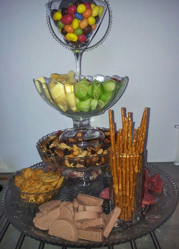 Etagère van vintage glaswerk. Leuk om tijdens een verjaardag kaas, worst en nootjes in te presenteren. Of tijdens een high tea kleine hapjes of tapas te serveren.