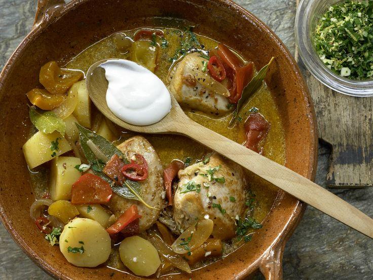 Da steckt ungarisches Temperament drin: Hähnchenragout mit Paprika! Ungarisches Hähnchenragout - mit Kartoffeln und Paprika - smarter - Kalorien: 443 Kcal - Zeit: 40 Min.   eatsmarter.de