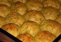 Köretnek is csodálatos, de önmagában is fogyasztható! A férjem szerint nincs olyan burgonyás étel, ami ezt túlszárnyalná! Hozzávalók: 1 kg burgonya 10 dkg sajt 2 tojás rozmaring petrezselyem kapor só, bors vaj Elkészítése: A burgonyát...
