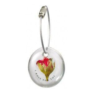 Ein kleiner Schlüsselanhänger für die große Liebe. In diesem schönen Geschenk steckt eine echte kleine Rose, die Ihrer oder Ihrem Liebsten auf besondere Art zeigt, wieviel er oder sie Ihnen bedeutet. Befestigen Sie den kleinen Anhänger an einem besonderen Schlüssel, den Sie überreichen möchten und machen Sie mit diesem Geschenk zum Beispiel am Valentinstag jemandem eine große Freude!