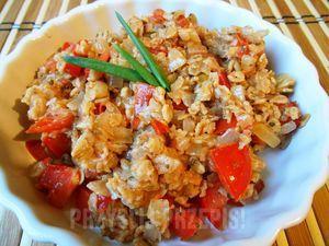 Płatki owsiane z pomidorami i cebulką