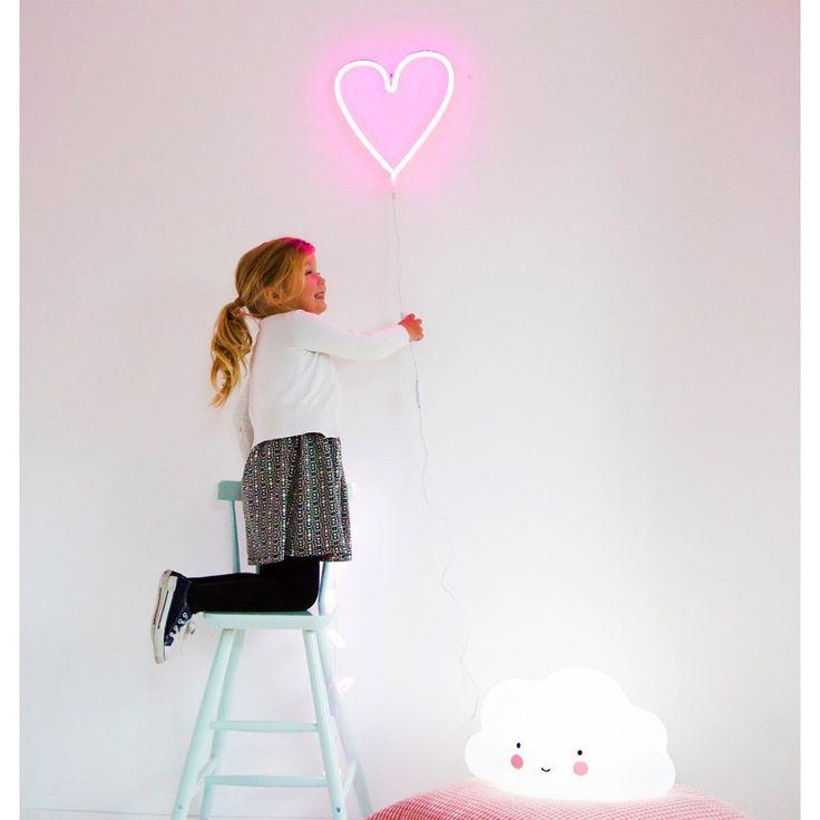 Angesagte A Little Lovely Company pinke Neonlicht Lampe Love mit LED Lichtern. Lange haben wir darauf gewartet, nun endlich ist die super trendige Neonlicht Lampe mit Herz Symbol da. Die Lampe verfügt über kleine pinke LED Lichter, und ist die energieeffiziente und langlebige Version des Neonlichtes. Die Lampe ist aus Kunststoff, hat einen eingebauten Adapter, und einenEIN- / AUS-Schalter. Sie kann an die Wand gehängt werden. Stylisches Wandaccessoire nicht nur fürs Kinderzimmer. Bei ...