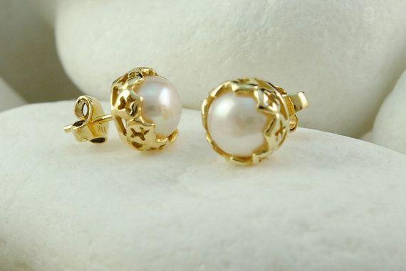 Stunning pair of 18K gold pearl earrings available @etsy! #handmade #pearl #stud #earrings #luxury #eternalelegance