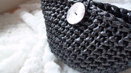 荷づくり紐のナイロンテープでコロンとしたポーチを編みました。丸底なのでたっぷりと小物が入ります。高さ:12センチ大きさ 5センチ×11センチボタン...|ハンドメイド、手作り、手仕事品の通販・販売・購入ならCreema。