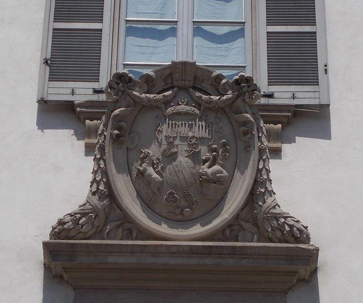 Stemma in pietra della famiglia Borromeo - Facciata del palazzo di piazza Borromeo 10. Milano