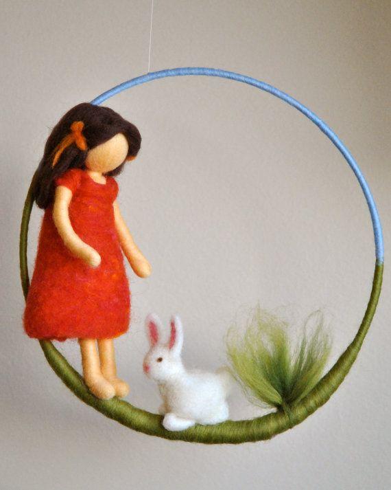 Mädchen Mobile Waldorf inspirierte Nadel Gefilzte Puppe: Mädchen mit Hase