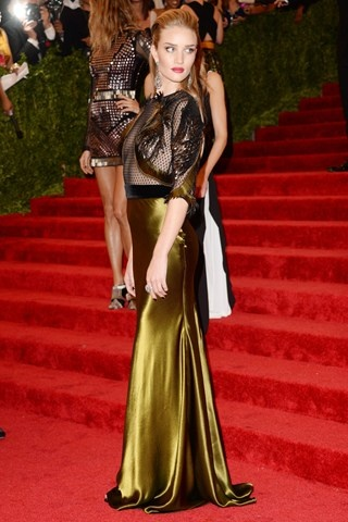 Rosie Huntington-Whiteley teamed a Gucci autumn/winter 2013-14 black and gold gown with Lorraine Schwartz jewels.