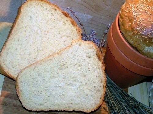 Белый хлеб в глиняных горшочках