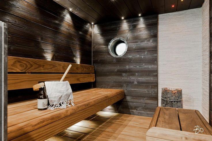 Pyöreä ikkuna saunassa