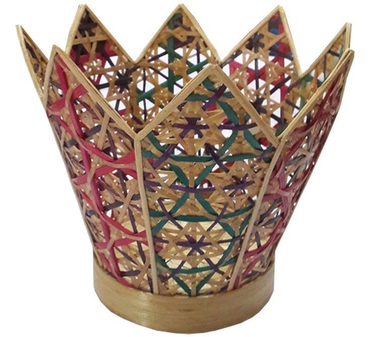 TilaVie Vas Bunga Anyaman - Natural  Bahan : Anyaman bambu Ukuran : 10cm x 10cm x 16cm Fungsi : Digunakan sebagai tempat untuk menyimpan vas bunga, menambah cantik interior ruangan.