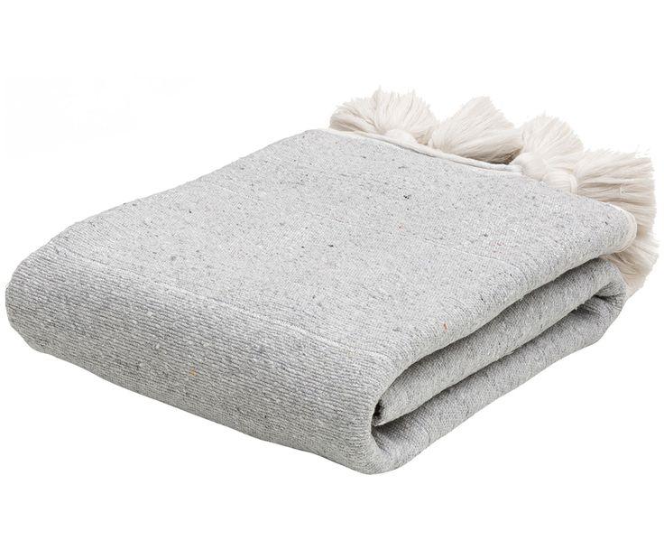 Kuscheln Sie sich in Tagesdecke Tasthrow in Grau meliert und Ecru mit Quasten. Shoppen Sie weitere tolle Decken von TINE K HOME auf >> WestwingNow.