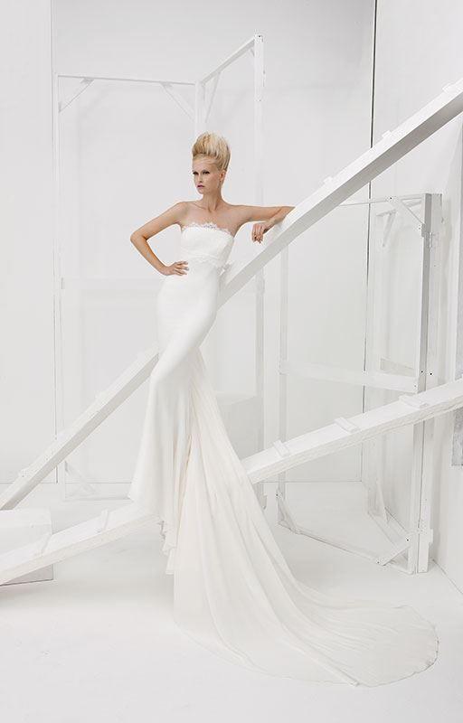 Collezione Vision 2014 - Elisabetta Polignano: abito da sposa bianco scivolato e con lungo strascico #wedding #weddingdress #weddinggown #abitodasposa #minidress