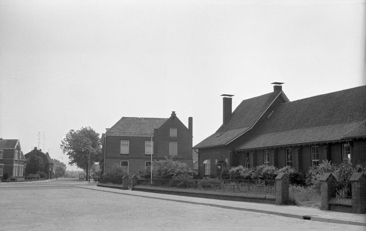 Liessel,  Hoofdstraat, met parochiehuis De Kastanje op nr. 62. Jos Pé (fotograaf) 1960