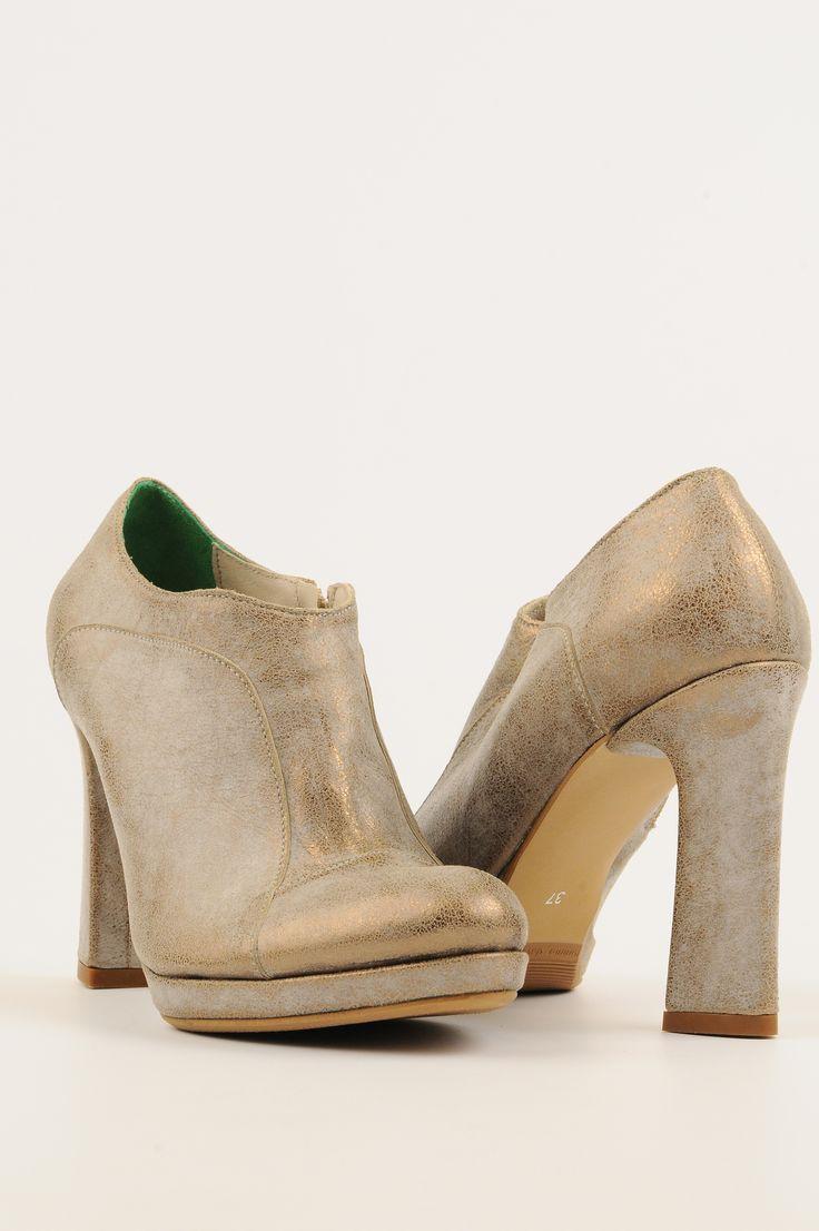 http://www.myfashionizer.ro/rochii-elegante/magazin-online/incaltaminte-dama/pantofi-aurii-mono-shoes