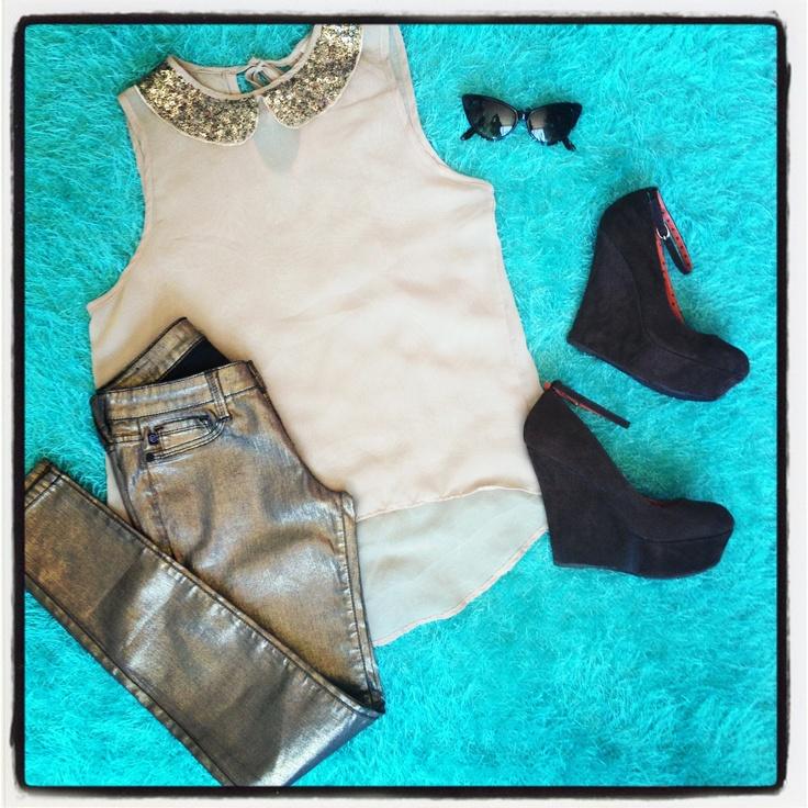 Gold & Brown. Blusa chalis cola de pato color nude aplique lentejuelas cuello + jeans pitillo color dorado + cuñas cafes + gafas ojo de gato