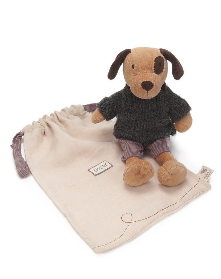 Oscar è un grazioso cucciolo di cane marrone, vestito con pantaloni in morbido jersey e con un maglione di lana fatto a mano. Oscar ha anche un sacchetto di lino con il suo nome ricamato sopra. Alt…