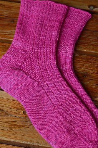 Diese Socken bestechen durch das einfache, aber wirkungsvolle kleine rechts/links Muster. Sie werden toe-up gestrickt und haben eine sehr gut sitzende Fersenkonstruktion.