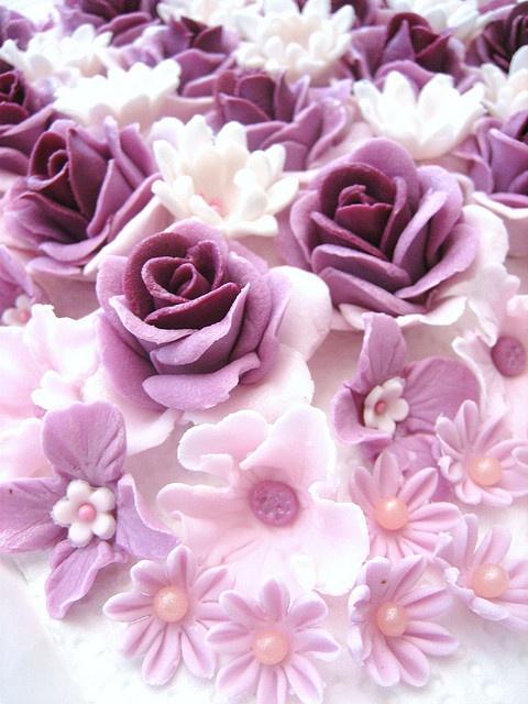 Pretty lilac colored fondant flowers (Anita Jamal).