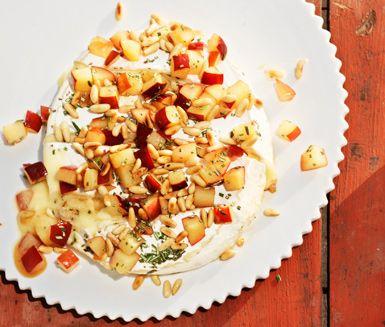 En lyxig avslutning på middagen får du genom att tillaga detta enkla recept på grillad brieost. Du blandar plommon, pinjenötter, rosmarin och honung och strör ut över brien. Lägg osten på grillen och servera den sedan ljuvligt varm!