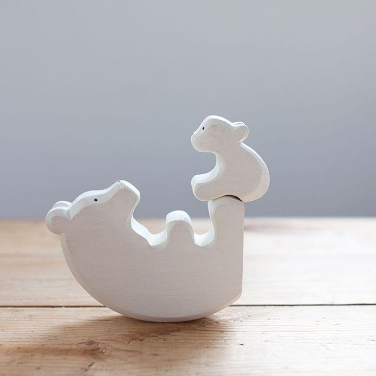 Ours polaire et son ourson. Ensemble en bois peint et fabriqué à la main en France. Dimensions 13,5cm / 10cm.