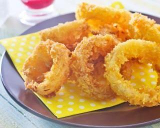 Onion rings au four=>4 gros oignons+440g farine+160g maïzena+580g eau froide+1cc levure chimique+paprika+HV tournesol+sel, poivre=>Éplucher+couper oignons en larges tranches.Les séparez en rondelles.Mélangez farine+maïzena+levure+paprika+sel+poivre.Ajouter progressivement l'eau en mélangeant=>pâte homogène.Préchauffer 210°C.Plonger rondelles dans pâte, les poser sur plaque sulfurisée.Badigeonner au pinceau chaque beignet d'HV.15min en retournant à mi-cuisson. Tièdir avt déguster.