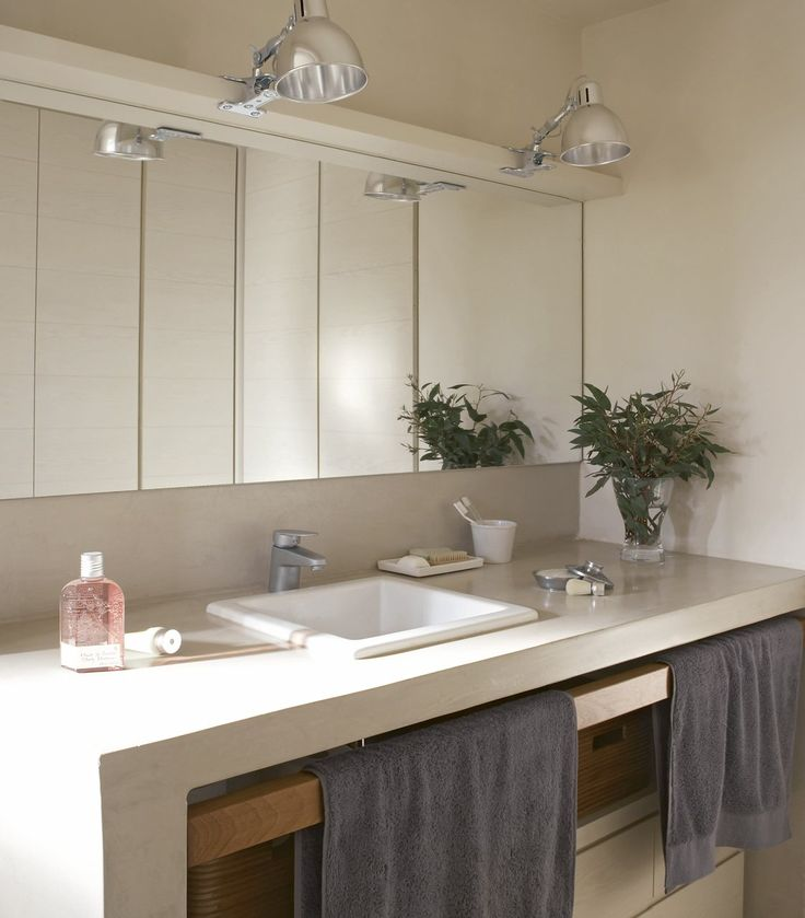 El microcemento da la sensación de amplitud que da y porque puede aplicarse sobre cualquier material (su grosor es de 3-4 mm) en paredes, suelo.