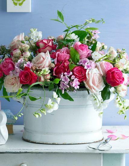 Glamourös präsentiert sich diese romantische Blumenkomposition aus Rosen, Phlox und Wicken.