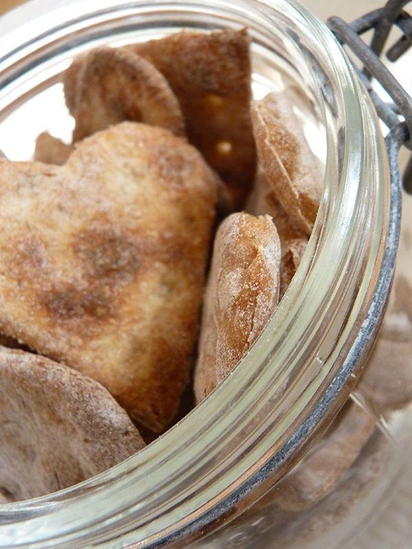 Recept på Knäckebröd. Enkelt och gott. Att baka egna knäckebröd är både enkelt och roligt. Använder man ett litet pepparkaksmått för att trycka ut exempelvis hjärtan, får man munsbitstora små knäcke som är underbart goda till ost. Neutrala passar de väldigt bra till hårda ostar, färskost och krämig vitmögelost. Men om man vill ha lite mer karaktär så kan man pensla på lite olivolja och strö över flingsalt eller kummin innan gräddning.