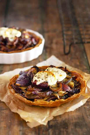 Rooiuie-en-bokmelkkaas-tertjies  | SARIE |  Red onion and goats' cheese tarts