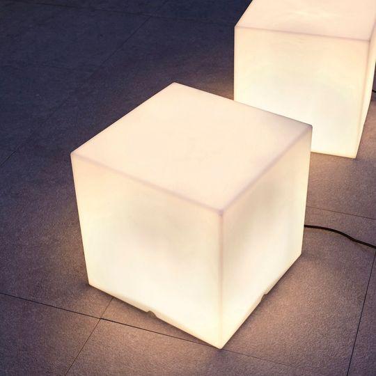 Cubes lumineux spécial apéros nocturnes - Embellir un jardin avec les lumières d'extérieur - CôtéMaison.fr