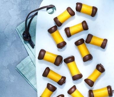 Jättegott recept på hemmagjorda dammsugare som faktiskt är lagom stora. Den här kondisbiten kallas även punschrulle, och det är den karakteristiska smaken av arraksrom som ger den sin särprägel. En fikaklassiker som man inte så ofta blir bjuden på i hemmiljö.