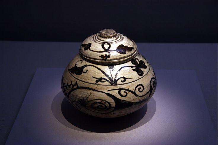 https://flic.kr/p/G12UAa | 넝쿨무늬 항아리 : Vine pattern Jar | 조선 15세기 후반에 만들어진 분청사기 철화 당초문 항아리. 넝쿨무늬 항아리이지요.