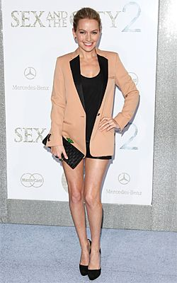 Who made Becki Newton's black clutch, black pumps, and blazer that she wore to the Sex and the City 2 movie premiere in New York?