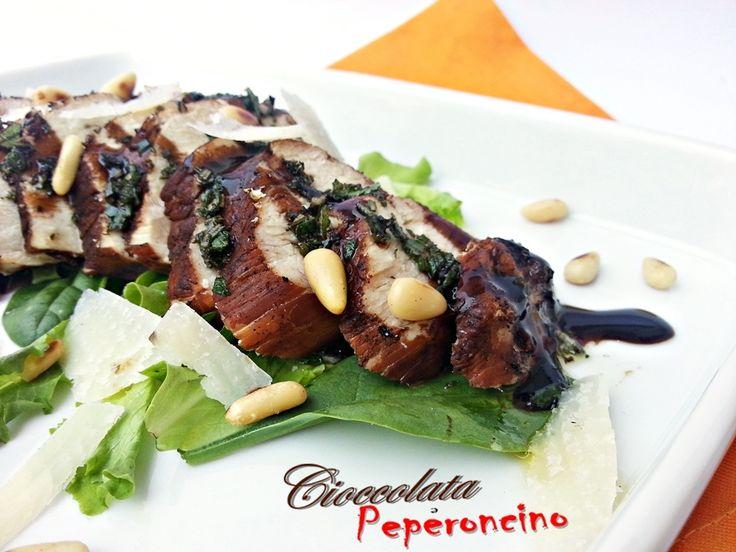 Il pollo all'aceto balsamico è una ricetta elaborata, molto scenografica e gustosa, che prevede una cottura insolita della carne per esaltarne il gusto.