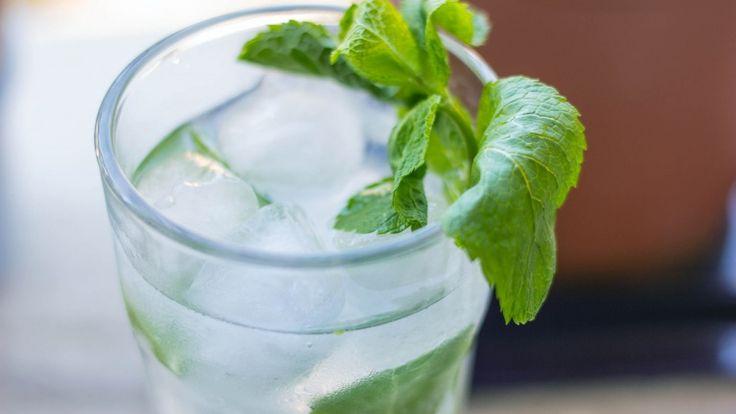 Mojito cocktail, cocktail con rum bianco, menta, lime e zucchero, ricetta Mojito