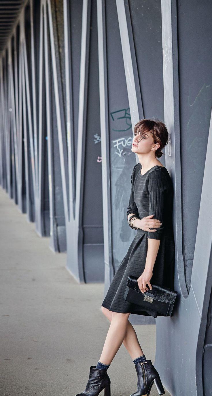 Aus schwarzem Feinstrick, mit horizontalem Rippenstrick und Reißverschluss an der hinteren Mitte. Figurbetont, mit Kellerfalte am leicht ausgestellten Rock und 3/4-Ärmeln. #impressionen #trendfarben2015 #fashion #black #red #trends #herbst #impressionenversand