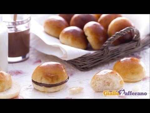 Con i panini al latte (milk rolls) è subito festa! Sono ideali da farcire con #Nutella, marmellata oppure da arricchire con gocce di cioccolato! Qui la #ricetta #GialloZafferano: http://ricette.giallozafferano.it/Panini-al-latte.html #italianfood #italianrecipe
