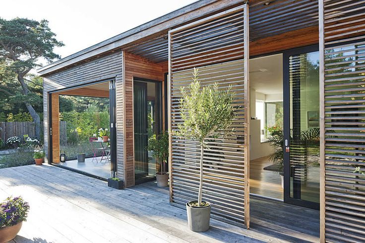 Persianas correedizas de madera para protegerse del sol. Villa Håkansson-Tegman / Johan Sundberg