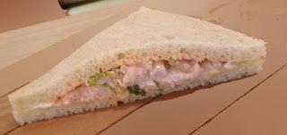 Recette de sandwich aux crevettes, sauce rose, tramezzini - Voici des en-cas en forme de triangles, savoureux, pratiques pour manger en voyage, en pique-nique, pour le snacking-repas du bureau en lunchbox. Du pain de mie sans croûte, des crevettes, de la mayonnaise et du ketchup, de la salade et de l'oeuf dur et voici un savoureux casse croûte complet.