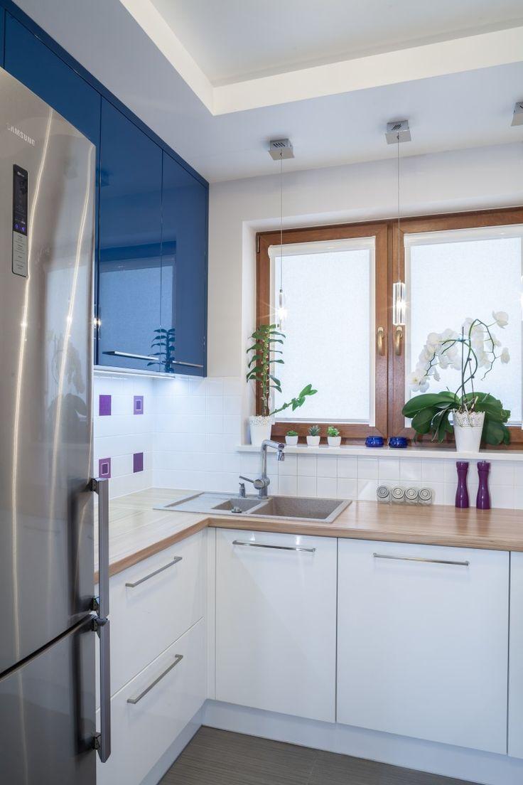 Dom w kolorze lawendy granatowy front w polysku w polaczeniu z bialym kolorem 170x170. Urządzanie mieszkania, projektowanie wnętrz, inspiracje wnętrz, nowoczesne wnętrza, architekci wnętrz.