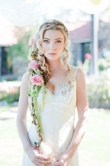 サイドにまとめて花を絡ませればOK : ディズニー映画「ラプンツェル」がテーマの結婚式アイデア7つ - NAVER まとめ