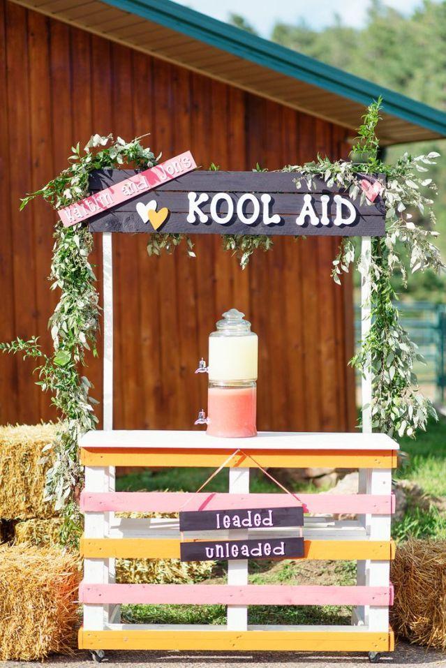 Maak een bar om je gasten een verkoelend drankje te geven #limonade #bar #drankjes #bruiloft #trouwen Limonade op je bruiloft | ThePerfectWedding.nl | Fotocredit: Adonye Jaja