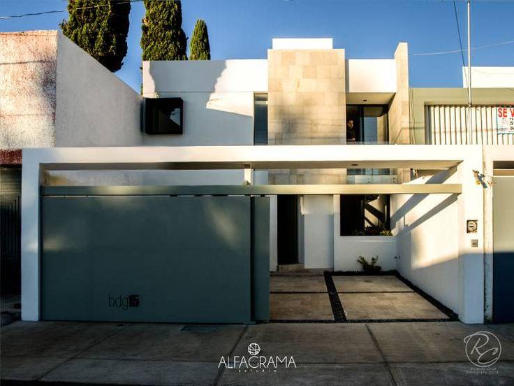 Fachada frontal con acceso abierto: Casas de estilo moderno por Alfagrama estudio