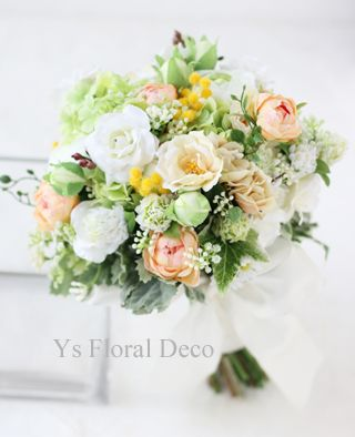 白グリーンに淡い黄色や淡いオレンジのクラッチブーケ アーティフィシャルフラワー ys floral deco @ファストウェディングヴィータ