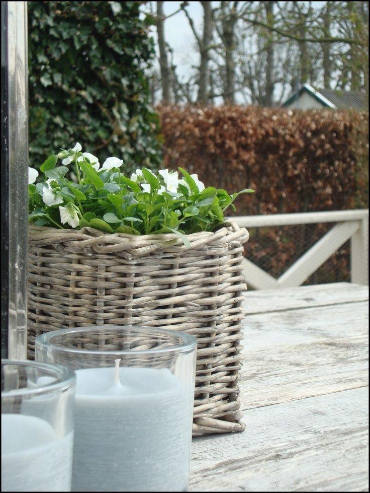 Grijze mand met witte bloemen