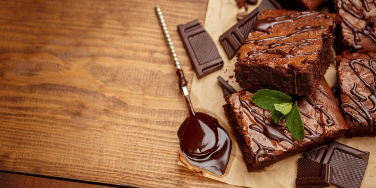 Zin in zoet, maar geen zin om boodschappen te doen? Voor deze chocoladecake heb je maar vier ingrediënten nodig, die je waarschijnlijk al in huis hebt! Er komt zelfs geen meel of bloem aan te pas. Dit heb jenodig 6 eetlepelsongezouten boter 225 gram chocola (fijngehakt) 6 grote eieren (dooier en eiwit gescheiden) 100gramsuiker eventeel…